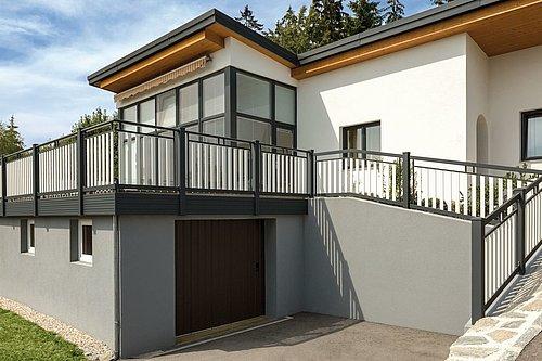 Balkon mit weißen Latten und schwarzer Rahmenoptik, Modell Roma standard, auf modernem Haus mit Garage