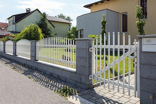 Gartentüre in weiß mit Zierkugeln, Modell Gloriette, in graue Mauer integriert
