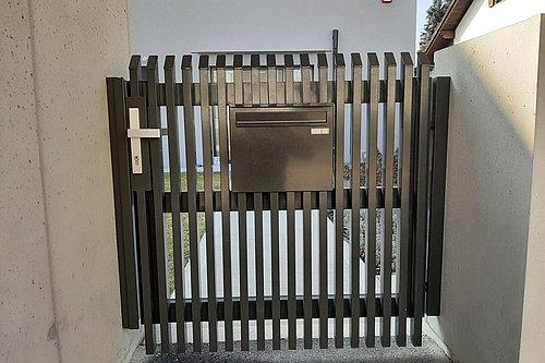 Gehtüre aus Aluminium mit senkrechten Latten und Schrägkappen in anthrazit