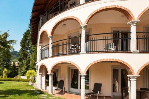 Kunstschmiedebalkon in anthrazit mit Handlauf Comfort, Modell Venezia standard, auf Villa im venezianischen Stil mit Bögen