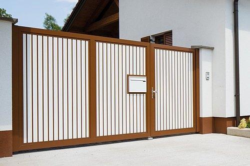 Blickdichtes Zweiflügeltor aus Aluminium mit integriertem Postkasten in zweifärbiger Ausführung