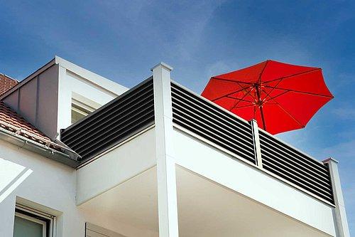 Modernes Balkongeländer mit Sichtschutz aus Aluminium in anthrazit von unten fotografiert