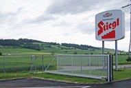 Industrieschiebetor aus Aluminium von GUARDI grenzt ein Firmengelände ab