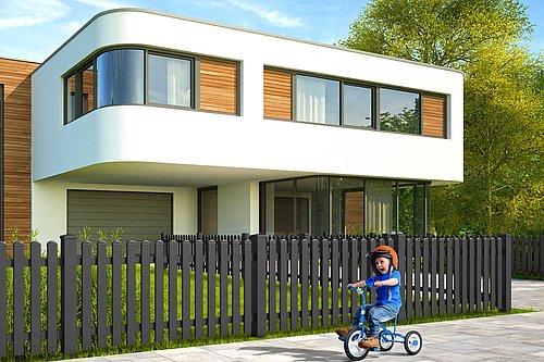 Kind spielt mit einem Dreirad vor einem Gartenzaun mit Latten aus Aluminium in anthrazit