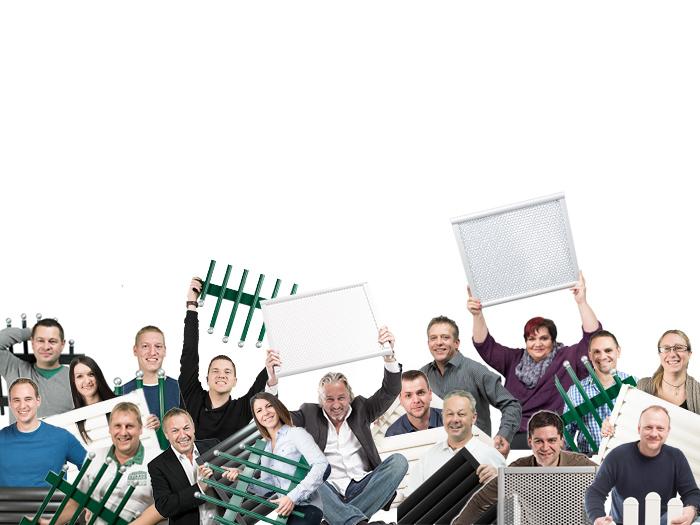 Zahlreiche GUARDI Mitarbeiter auf einem Bild, jeder hält ein Zaunfeld